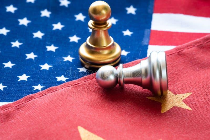 Het bestrijden van schaakpand op de nationale vlag van China en van de V.S. Handelsoorlog en conflict tussen het concept van land royalty-vrije stock foto