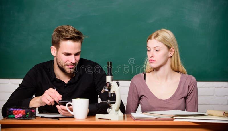 Het bestuderen op hogeschool of universiteit Biologieles Studenten die universiteit bestuderen Genetica en techniek moeilijk stock fotografie
