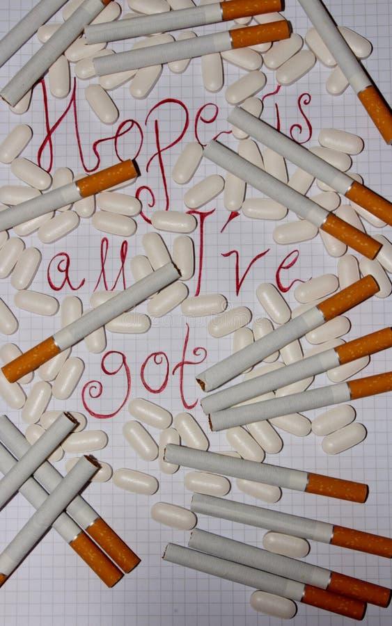 Het bestuderen op medicijn en sigaretten stock afbeelding