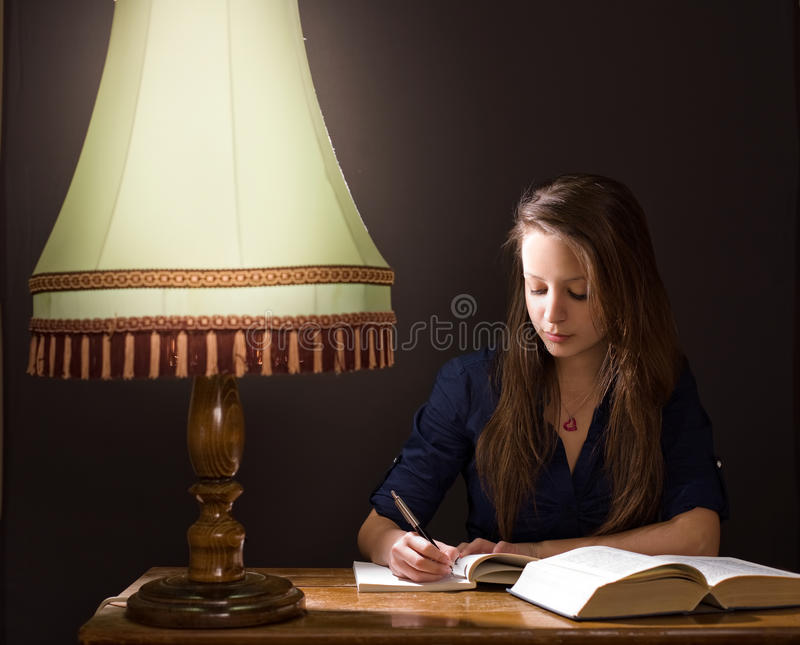Het bestuderen thuis laat - nacht. stock afbeeldingen
