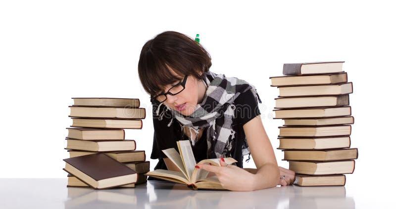 Het bestuderen tussen stapel twee van boeken stock fotografie