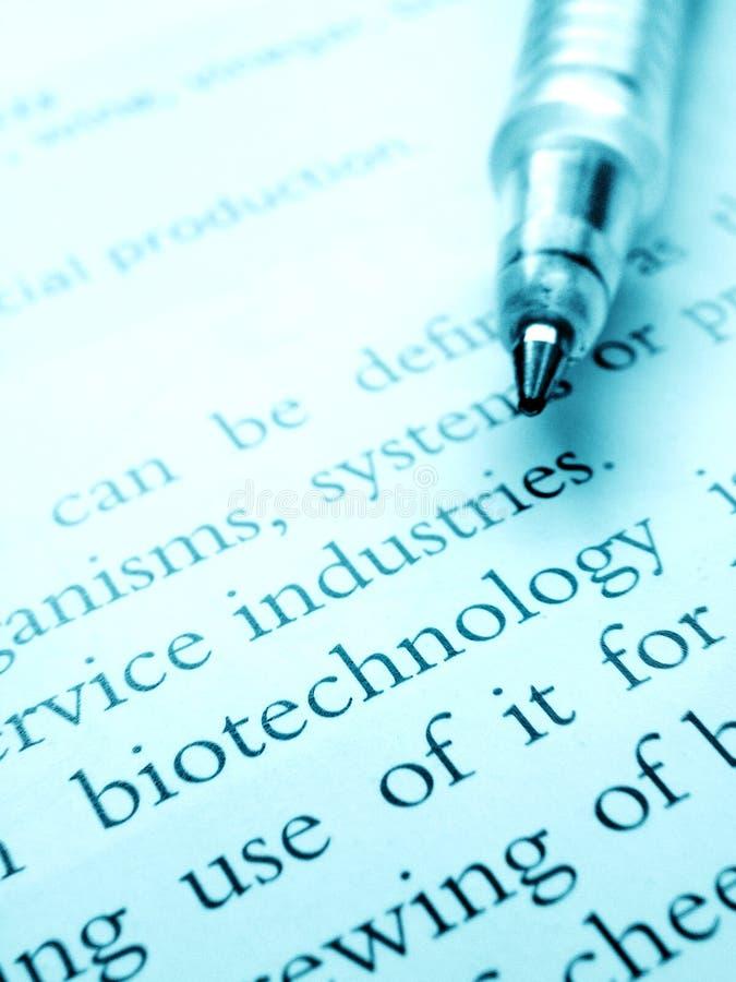 Het bestuderen van biotechnologiewetenschap royalty-vrije stock foto
