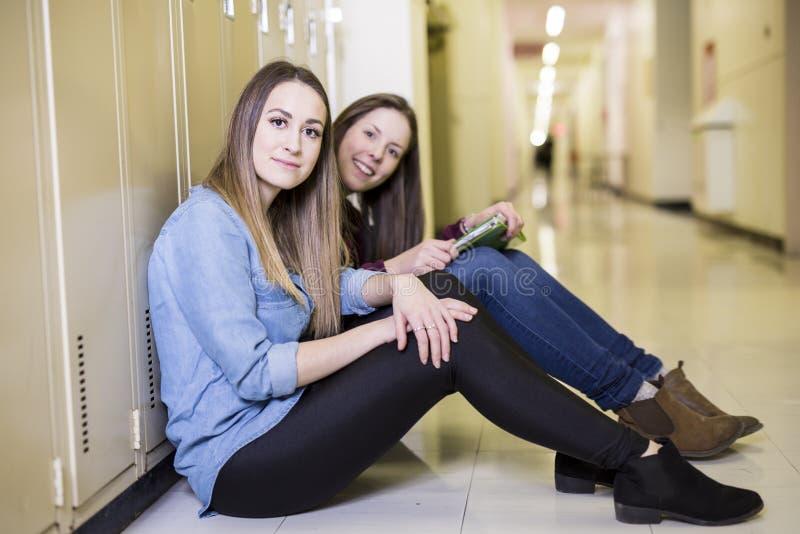Het bestuderen van jong tienerstudentmeisje in een school stock afbeelding