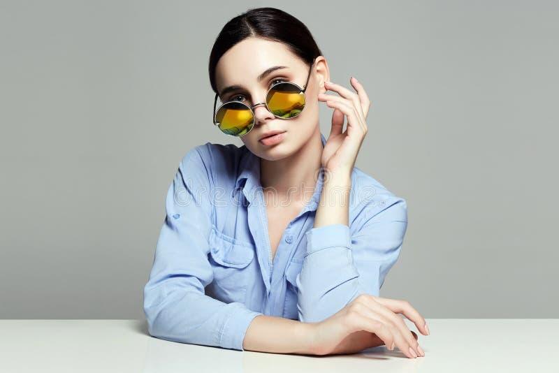 Het bestuderen van meisjesportret Gele zonnebril stock foto