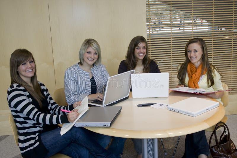 Het bestuderen van studenten royalty-vrije stock afbeeldingen