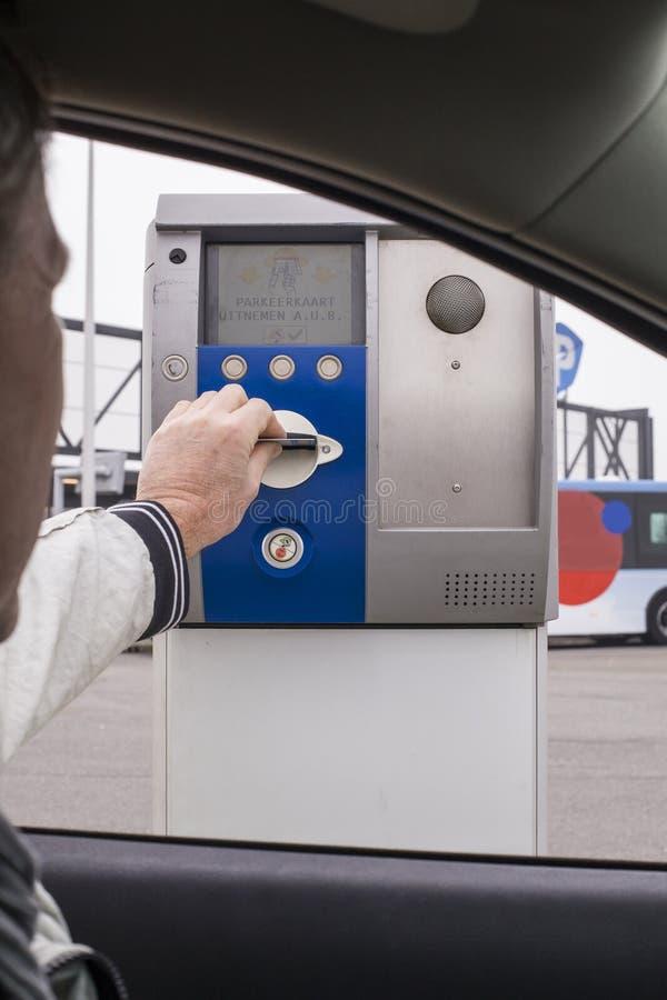 Het betalen voor parkeren met creditcard stock afbeeldingen