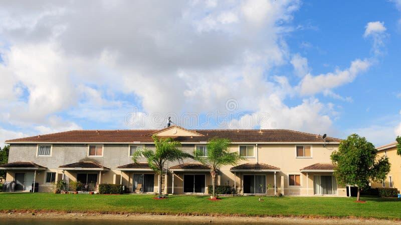 Het betegelde dak schoonmaken, FL stock afbeelding