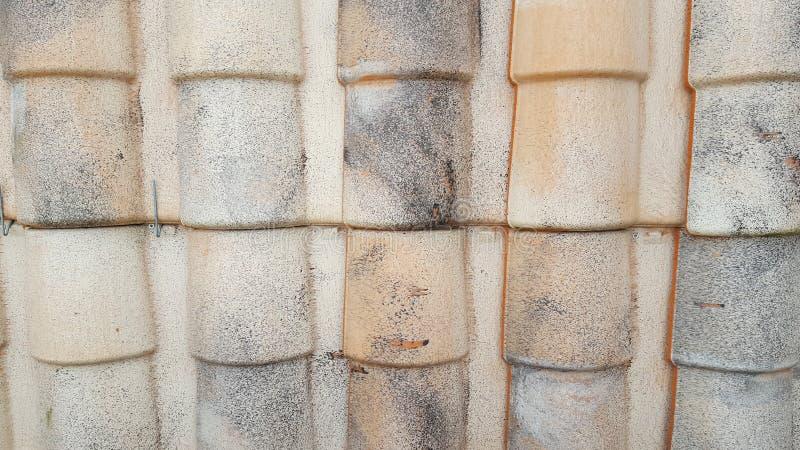 Het betegelde patroon van de het dakwerk materiële textuur van de dak klassieke stijl op een daadwerkelijk huis royalty-vrije stock foto's