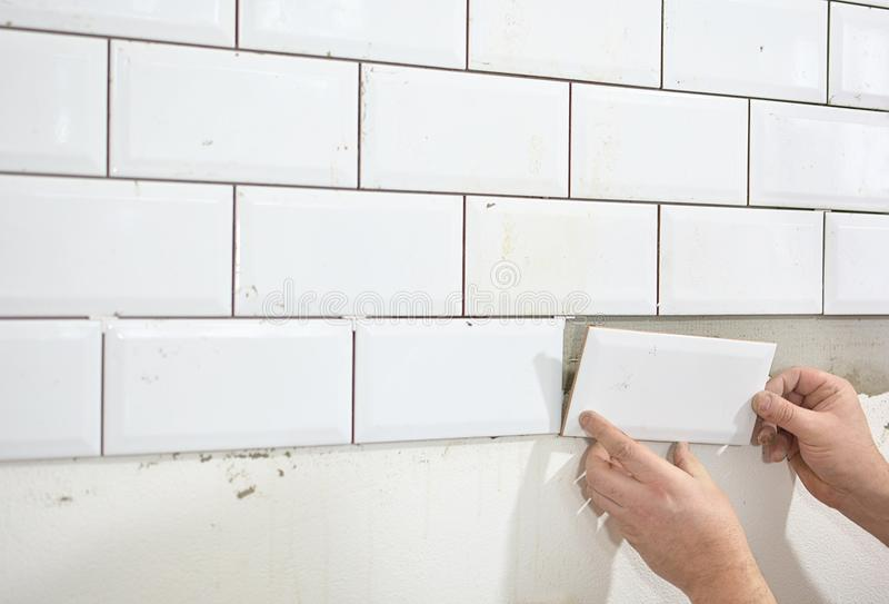 Het betegelen van de tegels in de keuken stock afbeeldingen