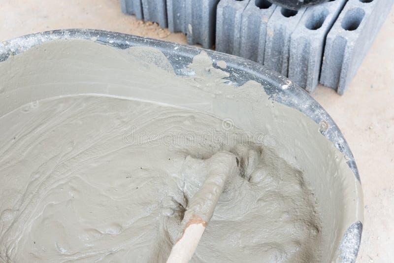het beton van de cementmengeling is samengeperst zand stock fotografie