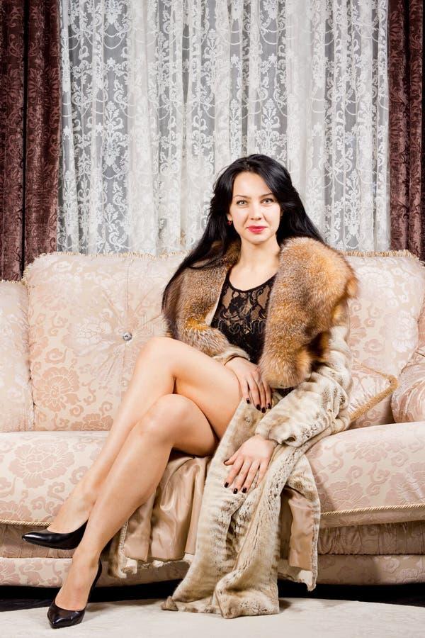 Betoverende glimlachende verfijnde vrouw royalty-vrije stock afbeeldingen
