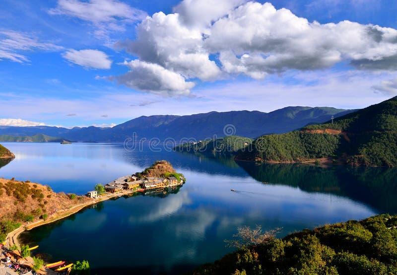 Het betoverende landschap van Lugu-meer stock afbeelding