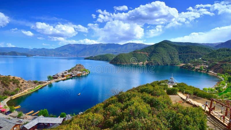 Het betoverende landschap van Lugu-meer stock foto's