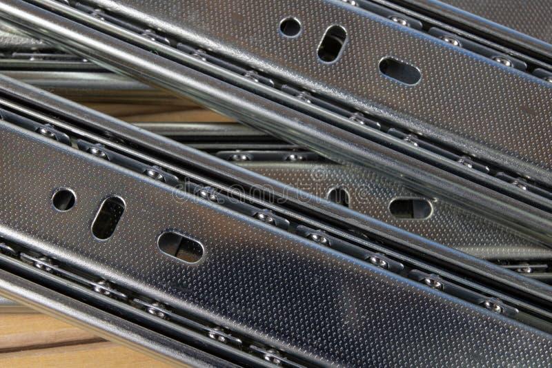 Het bevestigen van de lade in huishoudenkabinetten Toebehoren voor carpent stock afbeelding
