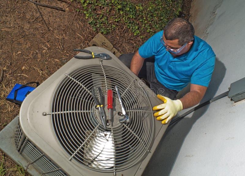 Het bevestigen van de mens airconditioner royalty-vrije stock foto's