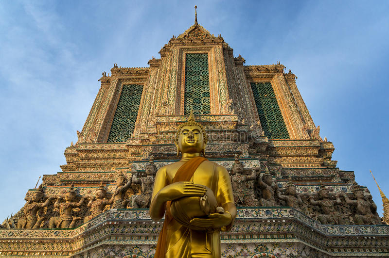 Het bevindende gouden beeldhouwwerk van Boedha in Tempel van Dawn, Bangkok, Tha royalty-vrije stock afbeeldingen