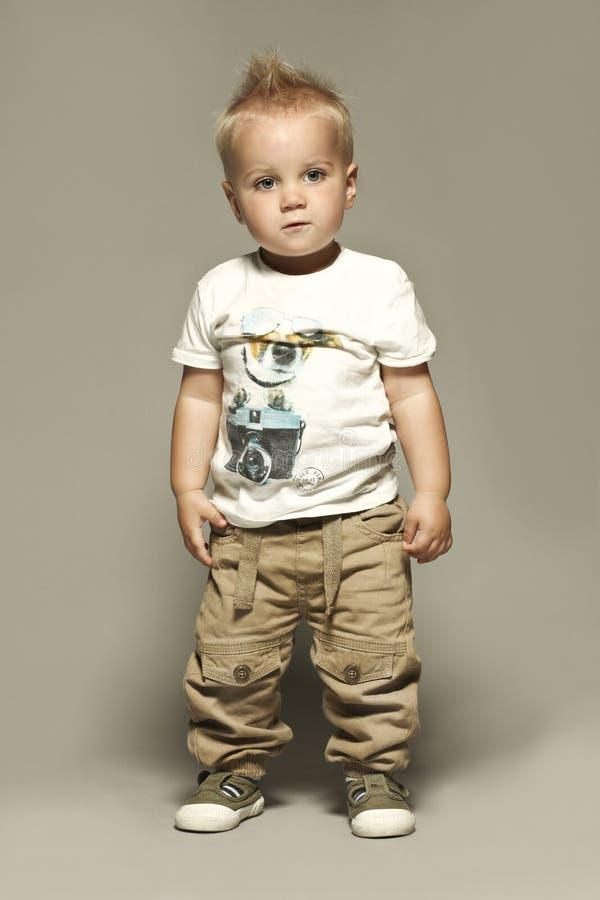 Het bevindende Kaukasische blonde portret van het jongenskind stock foto