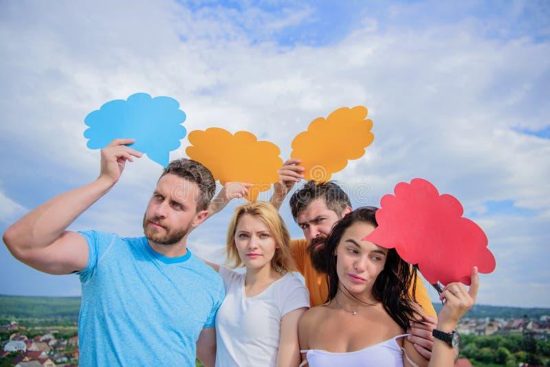 Het bevorderen van de best mogelijke mededeling De vrienden verzenden berichten op grappige bellen De mensen spreken gebruikend t royalty-vrije stock afbeeldingen