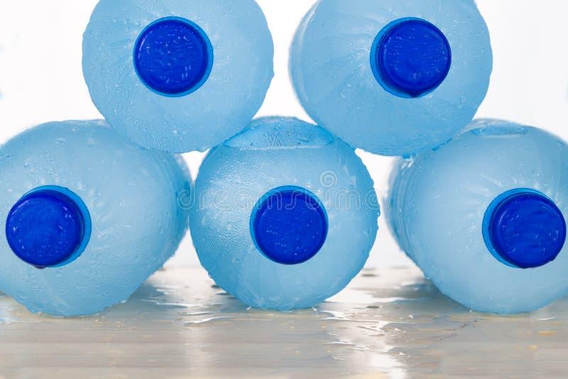 Het bevriezen van water in HUISDIEREN plastic fles achtte ongezonde practic stock fotografie