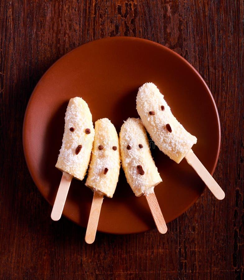 Het bevroren dessert van banaanspoken op plaat stock afbeeldingen