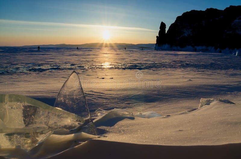 Het bevroren Meer Baikal De winterlandschap met ijs en sneeuw dichtbij de rotsen van Olkhon-Eiland in de zonsondergang stock fotografie
