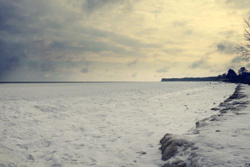 Het bevroren overzees is mooie wolken bij zonsondergang denemarken somethere dichtbij Tallinn, Estland Natuurverschijnselen Zeege royalty-vrije stock foto's