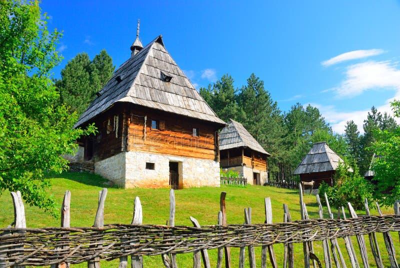 Het bewaarde traditionele middeleeuwse dorp van de Balkan in Sirogojno, Zlatibor, Servië stock foto