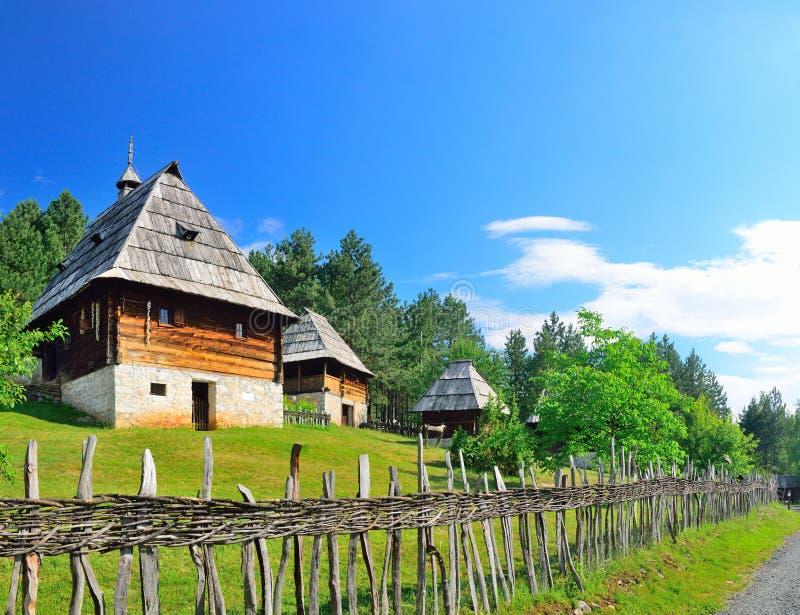 Het bewaarde traditionele middeleeuwse dorp van de Balkan in Sirogojno, Zlatibor, Servië royalty-vrije stock foto's