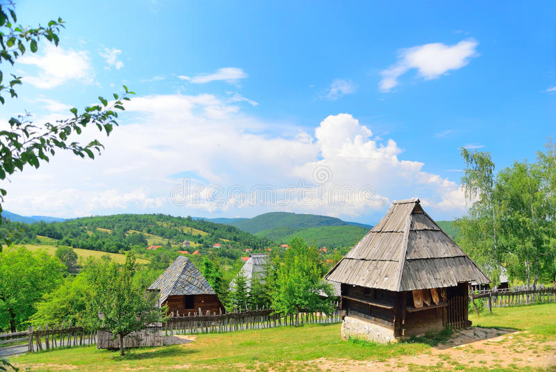Het bewaarde traditionele middeleeuwse dorp van de Balkan in Sirogojno, Zlatibor, Servië royalty-vrije stock fotografie