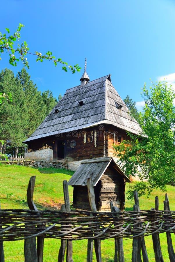 Het bewaarde traditionele middeleeuwse dorp van de Balkan in Sirogojno, Zlatibor, Servië royalty-vrije stock foto