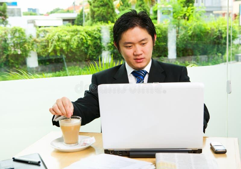 Het bewegen cofee terwijl het werken royalty-vrije stock afbeelding