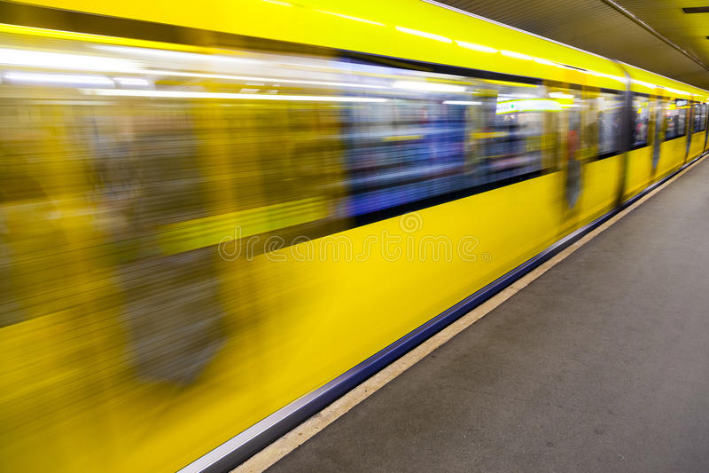 Het bewegen van ondergrondse trein in een post royalty-vrije stock afbeeldingen