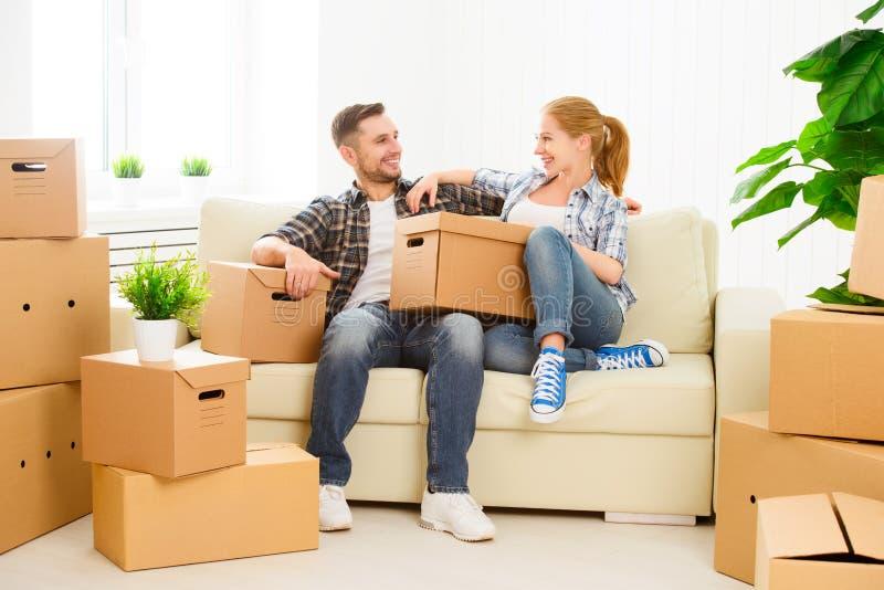 Het bewegen zich aan een nieuwe flat Gelukkige familiepaar en kartondoos royalty-vrije stock foto's