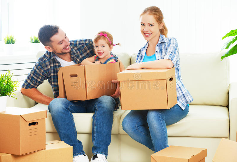 Het bewegen zich aan nieuw huis Gelukkige familie met kartondozen royalty-vrije stock fotografie