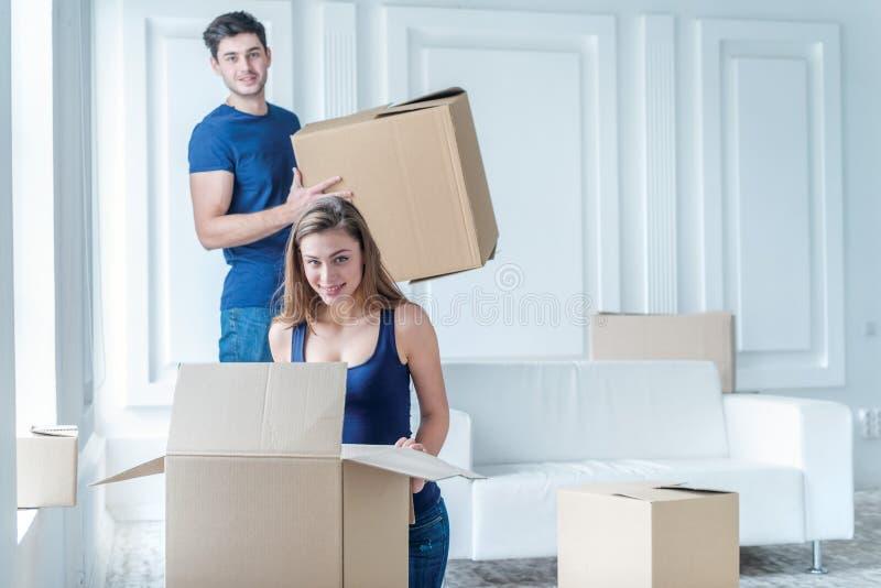 Het bewegen zich naar huis en reparatie van het nieuw leven Het paar in liefde trekt ding stock afbeelding
