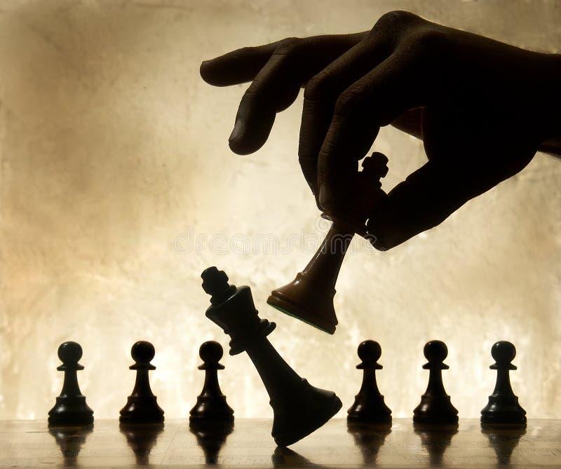 Het bewegende schaakstuk van de hand stock foto