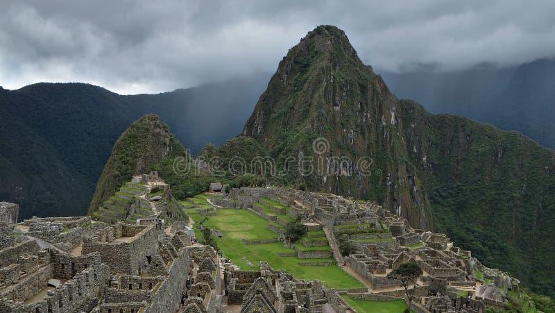 Het bewolkte motning bij de archeologische plaats van Machu Picchu stock foto