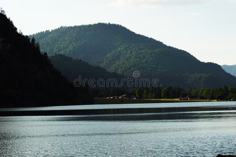Het bewolkte weer van het bergmeer royalty-vrije stock fotografie