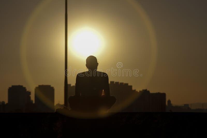 Het bewonderen van de zon daalt royalty-vrije stock fotografie