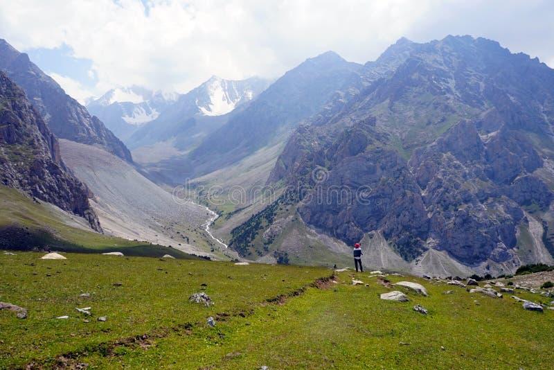 Het bewonderen van het spectaculaire landschap van Kyrgyz Ata National Park royalty-vrije stock afbeelding