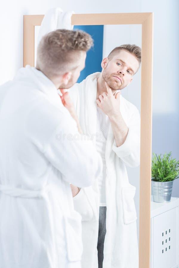 Het bewonderen van in spiegel stock afbeeldingen