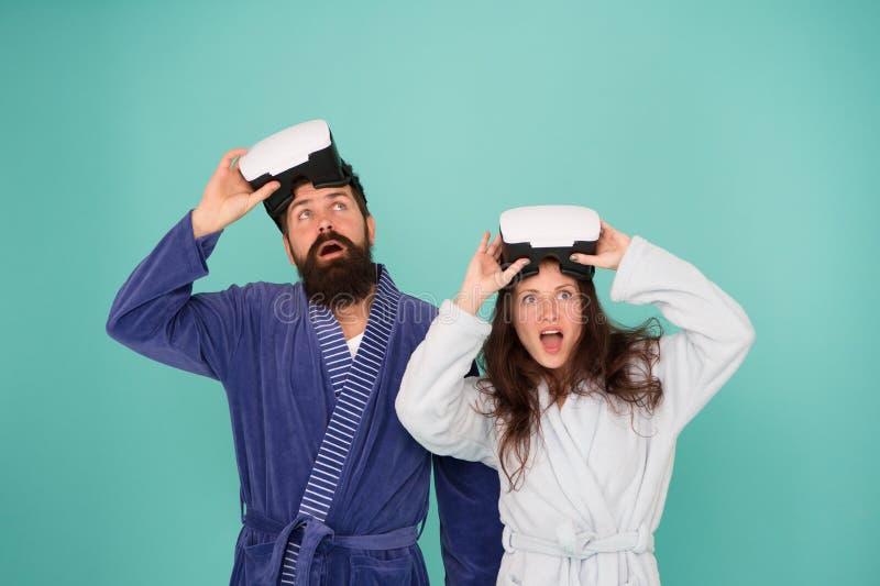 Het bewuste wekken Terugkeer naar werkelijkheid De man en de vrouw onderzoeken vr VR technologie en toekomst VR mededeling exciti royalty-vrije stock foto