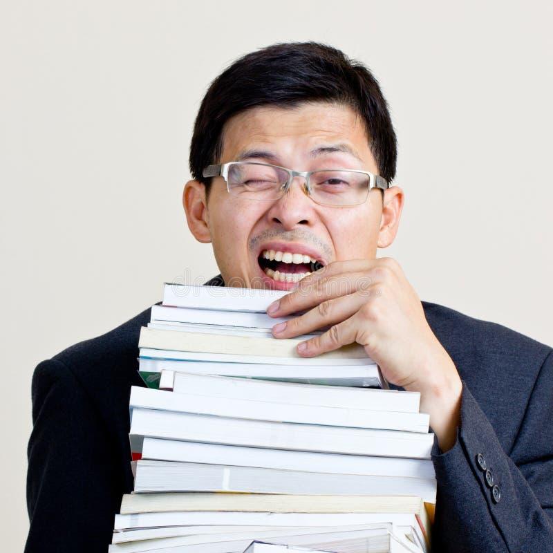 Het bezige boek van de zakenmanholding stock afbeeldingen