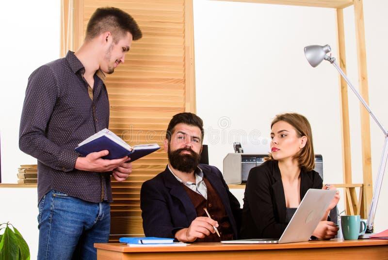 Het bezige leven Bedrijfsmensen die en bij bureau samen met collega's werken communiceren Groepswerkmensen Mensen royalty-vrije stock foto's