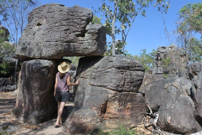 Het bezoek van de vrouwentoerist bij het Verloren Nationale het Park Noordelijke Grondgebied Australië van Stadslitchfield stock foto's
