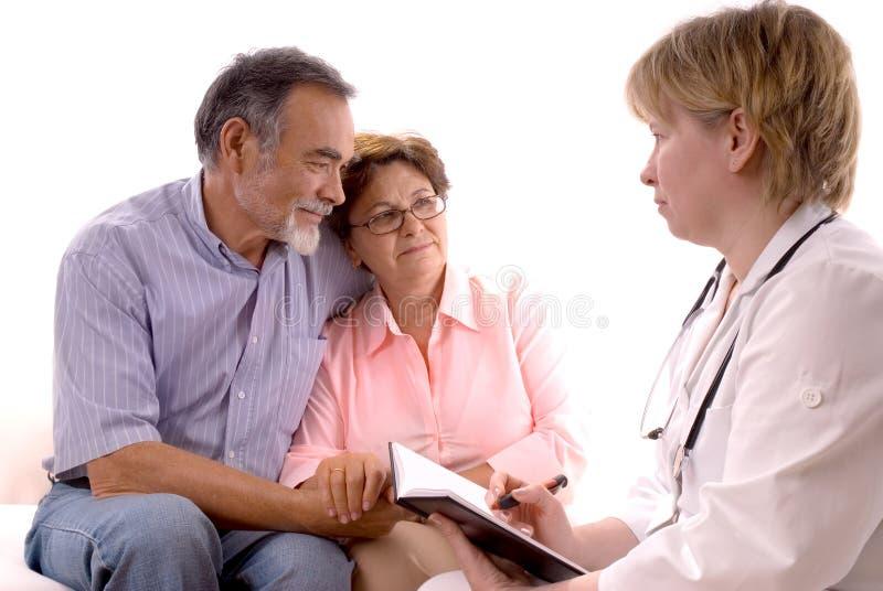 Het bezoeken van een arts stock fotografie