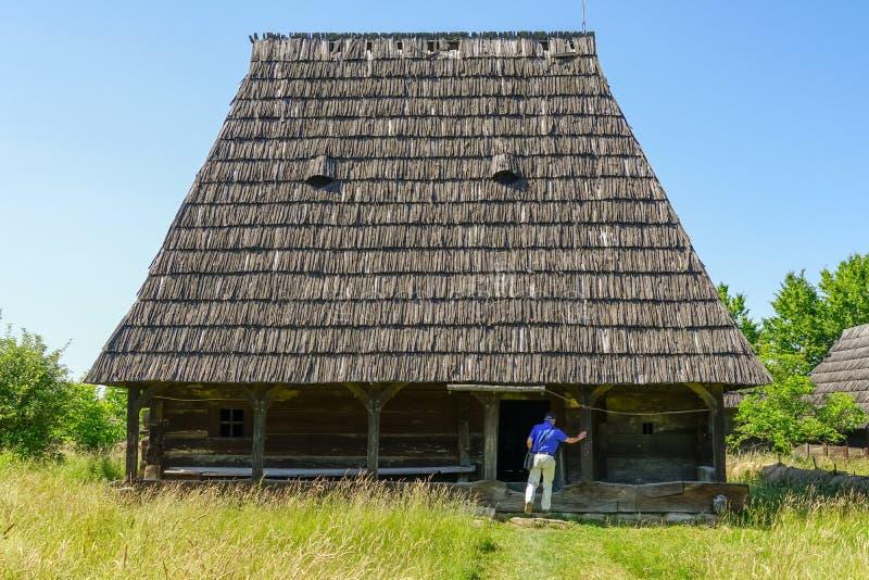Het bezoeken van houten huis in een traditioneel dorp royalty-vrije stock afbeelding