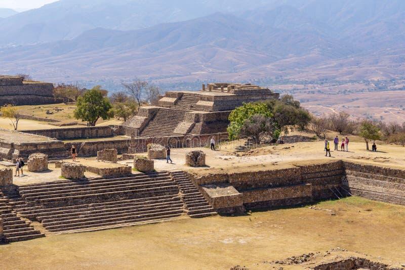 Het bezoeken Zapotec ruïnes bij Monte Alban-plaats, Mexico royalty-vrije stock fotografie