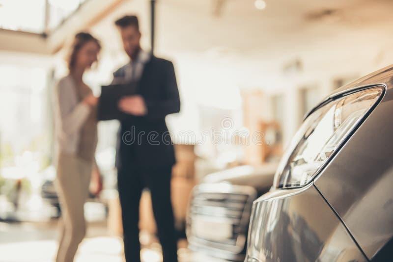 Het bezoekende autohandel drijven stock afbeeldingen