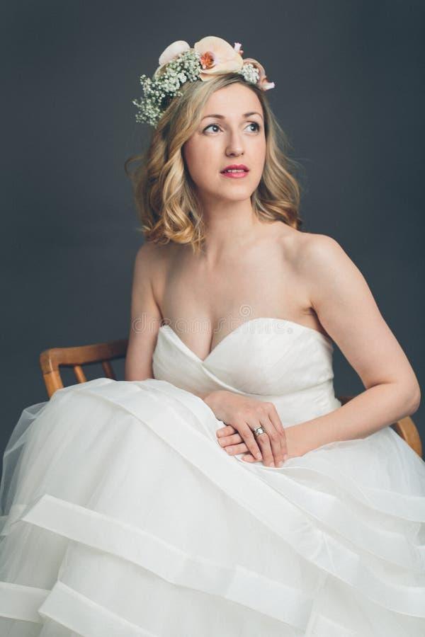 Het bezorgde jonge bruidzitting denken stock foto